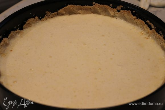 Через 15 минут достать форму из духовки...творожный слой успеет схватиться. очень аккуратно ложкой выложить лимонную массу поверх творожной. Снова поставить в духовой шкаф и выпекать еще 30-35 минут