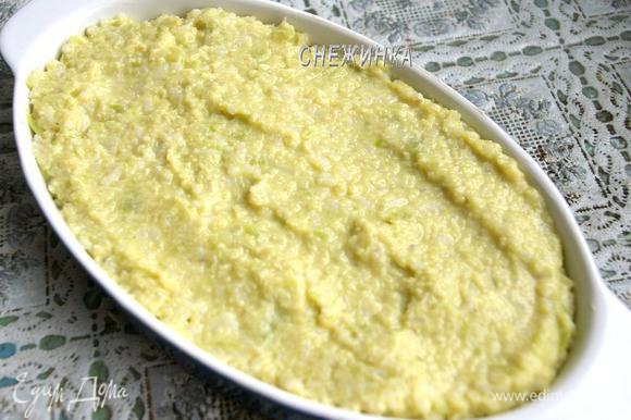Форму или блюдо для запекания смазываем сливочным маслом. Выкладываем массу в форму.