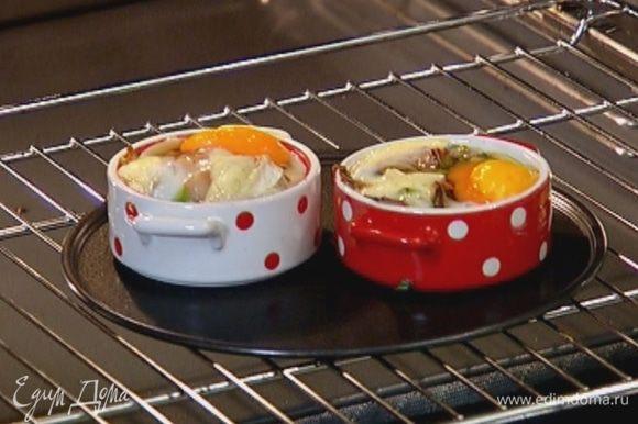 Отправить формы в разогретую духовку на 7–10 минут.