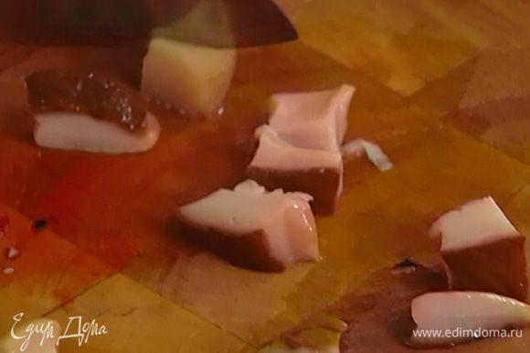 Грибы нарезать кубиками и добавить в винегрет.