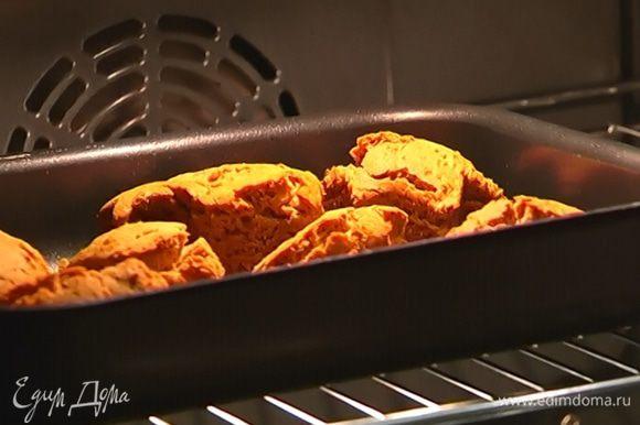 Вернуть пряники еще на 5 минут в духовку, чтобы у них подсушились и подрумянились бока.