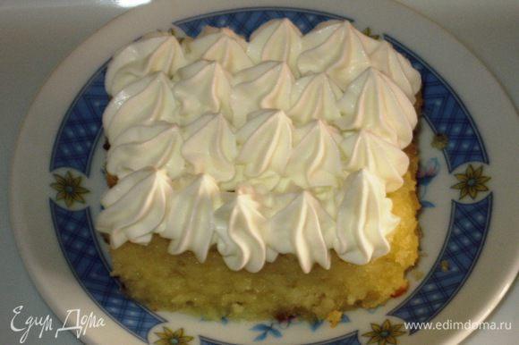 Готовый бисквит остудить на решётке, не вынимая пирог из духовки. Разрезать бисквит и украсить взбитыми с сахарной пудрой сливками.Приятного аппетита:)