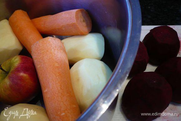 Чистим овощи и нарезаем их на небольшие кубики, примерно 1-1,5 см. Кладем в кастрюлю и заливаем водой (всего получается примерно 3 литра жидкости).