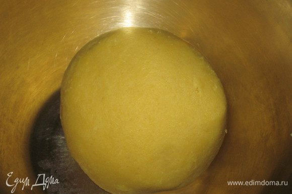 Сливочное масло комнатной температуры растереть с сахаром яйцо, муку, просеянную с разрыхлителем. Замесить тесто и поставить минимум на 30 минут в холодильник.