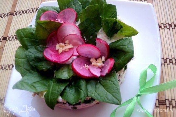Украсить листьями шпината и цветочками из тонких пластинок редиски, окрашенных соком свеклы.