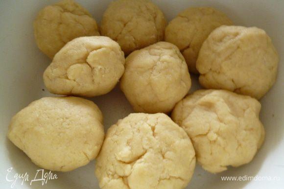 Тесто разделить на 9 шариков,посуду с тестом накрыть крышкой или пленкой и поставить в холодильник минимум на 1 час.Тесто также можно замесить заранее за 1-2 дня.