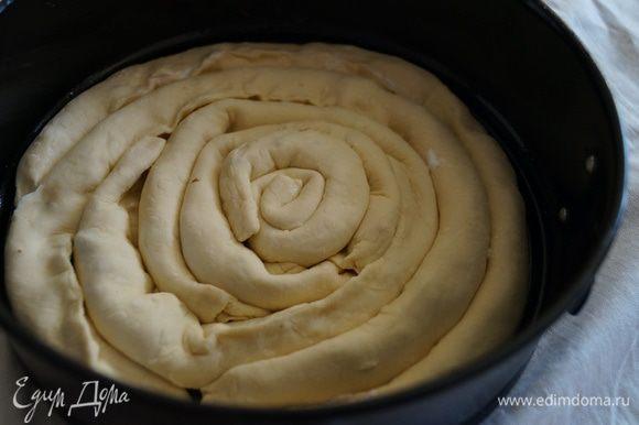 Выложить в форму для выпечки в форме улитки, смазать взбитым желтком и поставить выпекать в разогретую до 180 градусов духовку на 20 минут