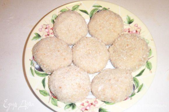 Котлеты обвалять в муке,потом окунуть во взбитые яйца и обвалять в панировочных сухарях.