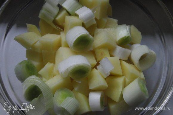 В бульон добавить порезанный средним кубиком картофель, лук-порей кольцами, уменьшить огонь, готовить 10 минут.