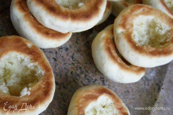 Пока печенье теплое, острым ножом вырежем в донышке полость для крема. Вырезаем аккуратно, стараясь не сломать печенье.