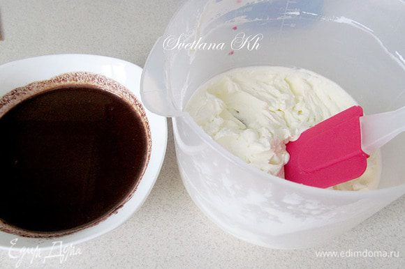 Сливки взбить до пиков. Соединить с шоколадной массой.