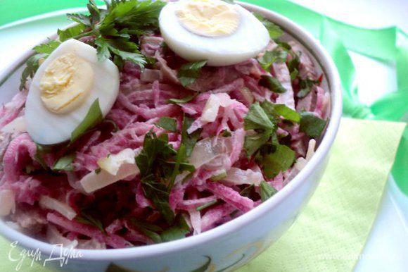 Добавить сметану, мелко нарезанную петрушку и перемешать. Выложить в салатник, украсить петрушкой и дольками вареных яиц (я взяла перепелиные).