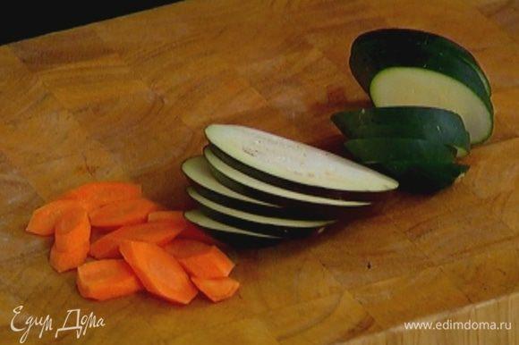 Баклажан, цукини и морковь нарезать наискосок толстыми кружками.