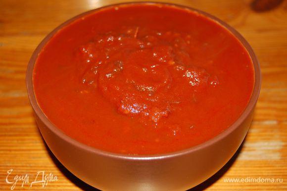В сотейник выкладываем из банки консервированные очищенные томаты в собственном соку вместе с соком. Томаты размять вилкой и поставить сотейник на газ. Выпарить лишнюю влагу и добавить лук с вином. Добавить сахар. Посолить по вкусу (0,5 чайной ложки). Покипятить минут 10. Должна получиться консистенция кетчупа.