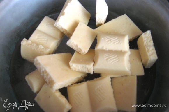 Белый шоколад растапливаем на водяной бане со сливками. Наносим шоколад на «елочки» и сразу же со всех сторон обваливаем в фисташках. Так как я очень люблю эти орешки, я не стала измельчать их в муку, а крупно порубила ножом. Это придало «Елочкам» объем, они стали пушистыми благодаря этим веточкам. Если фисташки соленые, залейте их кипятком минут на 15. Соленость уйдет.