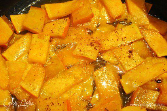 Тыкву для украшения нарезать тонкими ломтиками, поставить на медленный огонь апельсиновый и лимоннй сок, добавив сахар. После растворения сахара добавить тыкву. Варить до прозрачности тыквы, постоянно помешивая, примерно 8 – 10 минут. Перед окончанием варки добавить гвоздику, натертый мускатный орех и ванилин, перемешать. Затем извлечь гвоздику и откинуть на сито. Жидкость сохранить.