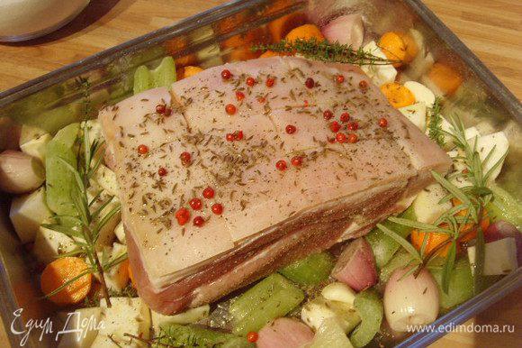 Мясо надрезать ромбами по шкуре, натереть солью, перцем, посыпать тмином и красным перцем горошком. Запекать в духовку при температуре 200 °.