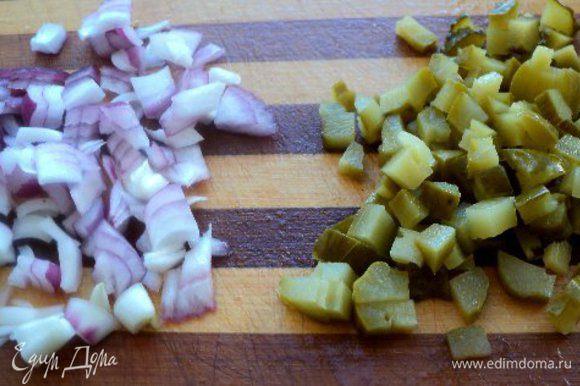 Мелко порезать лук и корнишоны.