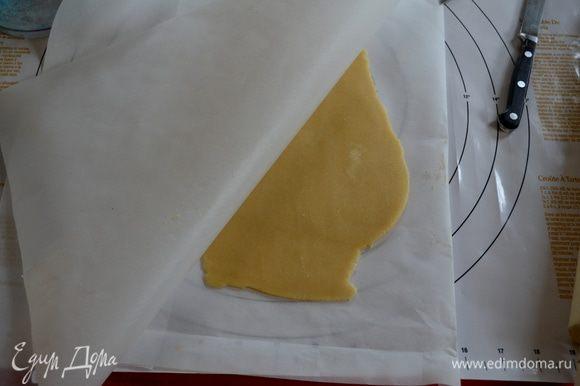 Подготовим противни для выпечки . Тесто поделим на 2 части. Раскатаем одну часть теста не тонко между двумя листами бумаги для выпечки, которые будут по размеру вашего противня. Это важно.