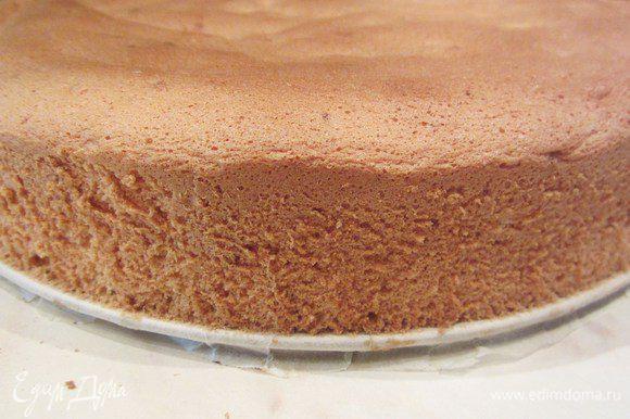 Готовый бисквит вынимаем из духовки, извлекаем из формы аккуратно, проводя по краям ножом.