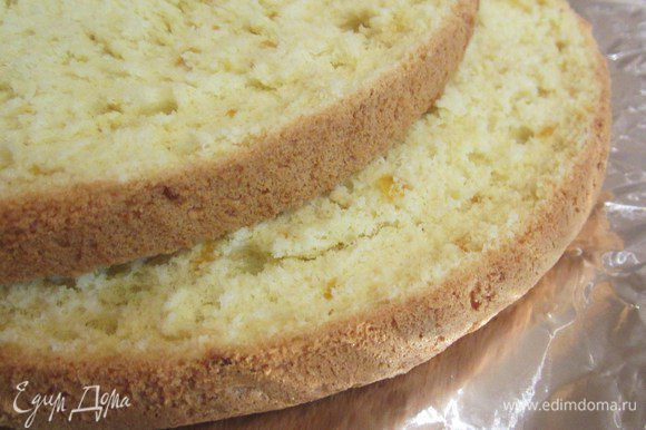 Разрезать бисквит на 2 равных части.