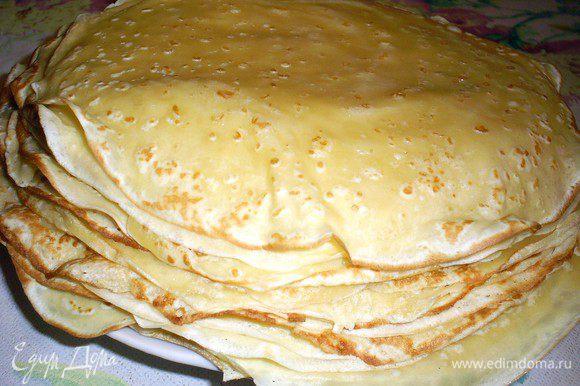 Заранее печем блинчики по любимому рецепту. Можно воспользоваться этим http://www.edimdoma.ru/retsepty/49667-babushkiny-blinchiki. Только советую сделать тесто погуще и менее сладким.