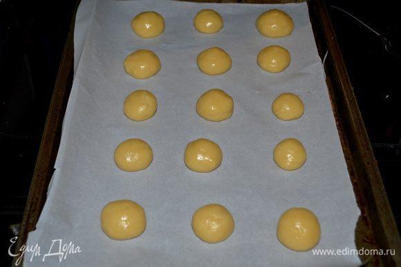 Примерно берем 1 чайную ложку теста и делаем маленькие шарики с размер грецкого ореха.Выкладываем на приготовленный противень на расстояние друг от друга. Ставим в разогретую духовку на 180 гр. на 12 мин.