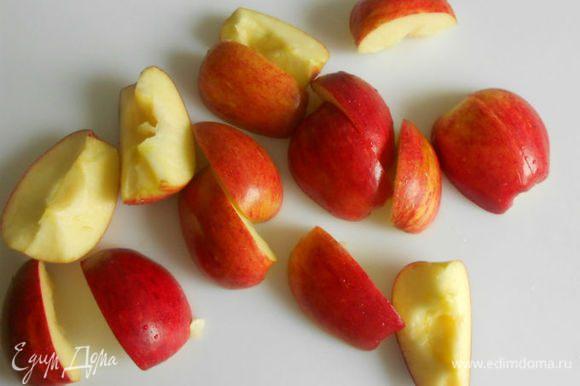 4 яблока помыть, нарезать четвертинками или на 8 частей.