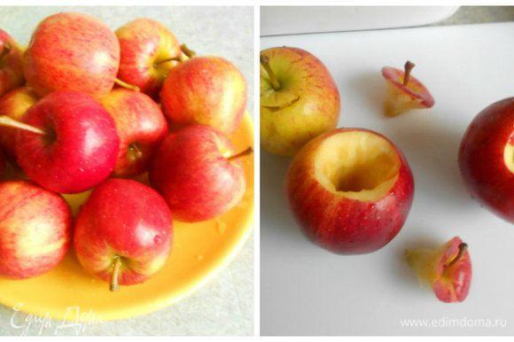 """Вымыть оставшиеся яблоки, срезать сначала """"крышечки"""" с черенком, затем выбрать сердцевины с семенами."""