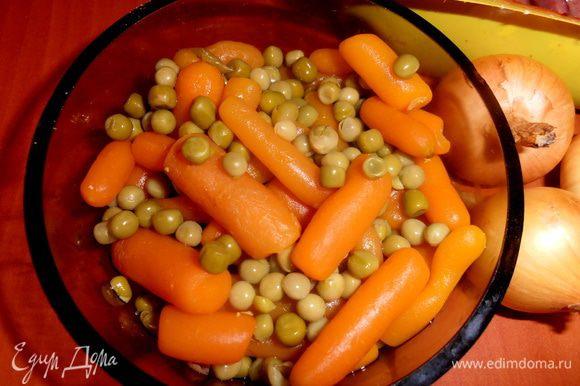 Для вчерашних морковок-носиков для снеговиков я открыла маленькую баночку консервированного микса из морковки и горошка.