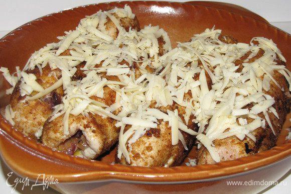 Выложить рулеты в жаропрочную форму, немного посыпать тертым сыром и довести до готовности в духовке.