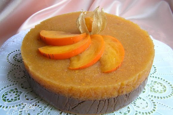 Застывший торт аккуратно вынуть из формы, украсить хурмой и физалисом.