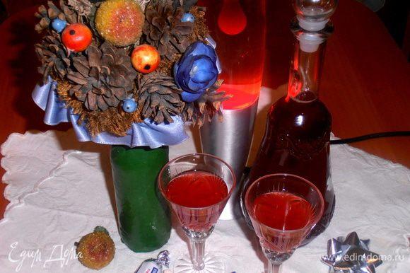 Разливаем напиток в красивую бутылку или графин и ждём гостей!!!