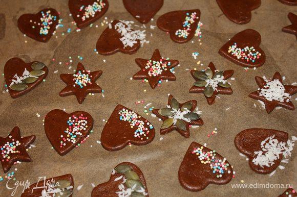 Печенья пипаркук для украшения. Раскатать тесто, вырезать формочками фигурки, украсить, по желанию, выпекать 7-10 мин в духовке на 180 градусов. Сначала печенье будет мягковатое, но остынет, затвердеет.