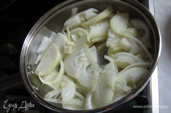 Лук нарезать полукольцами. На разогретую сковороду налить небольшое количество рафинированного масла и выложить нарезанный лук. Закрыть крышкой и тушить, периодически помешивая. При необходимости добавить немного воды.