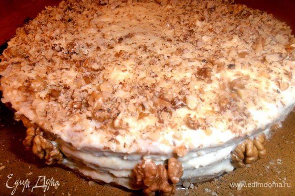 Сверху посыпаем крошкой из орехов,а с боков приклеиваем половинки ореха!