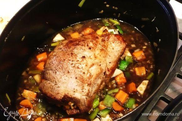 Возвращаем мясо, заливаем бульон и вино. Закрываем крышкой. Ставим в духовку на полтора часа. Каждые 20 минут поливаем наше мясо жидкостью из жаровни.