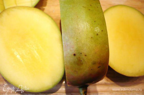 Разрезаем манго вдоль косточки с одной и с другой стороны.
