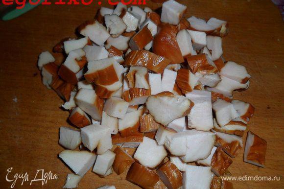 Куриную грудку нарезаем крупными кубиками, сыр полосками (вы можете нарезать как вам угодно) и болгарский перец крупными кубиками.