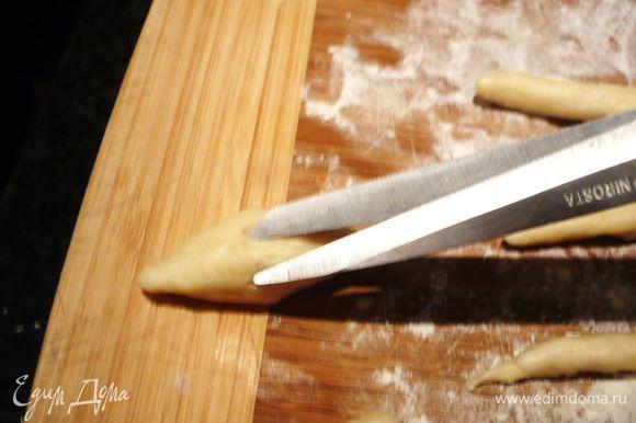 Каждую из колбасок надрезаем со всех сторон при помощи ножниц.