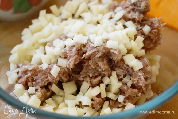 В фарш добавить мелко нарезанный лук и мелко порубленный картофель. Посолить, поперчить и хорошо перемешать