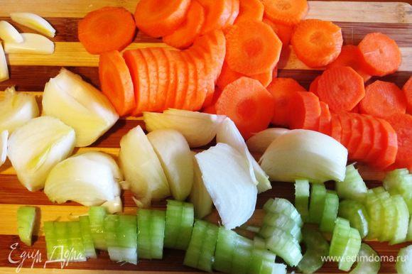 Зубчики чеснока раздавить плоской стороной ножа.Морковь и сельдерей нарезать кружочками. Луковицу разрезать на 4 части.