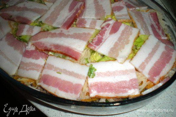 Завершаем слоем картошки,зелень и кусочки бекона.Сверху можно бекон не класть,тогда по окончании запекания нужно будет полить верх сливочным маслом.