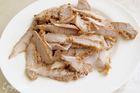 Мясо нарезать очень тонкими ломтиками. Если сырое мясо, то поджарить его на быстром огне, только до побеления. С кураги слить воду и тоже мелко нарезать (фото нет)