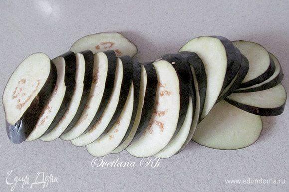 Баклажаны нарезать тонкими ломтиками, можно на половинки. Поджарить в растительном масле, посолив, выложить на салфетку.