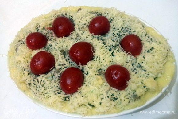 Выложить на середину мясной фарш, присыпать все сыром и в середину вставить помидорки черри.