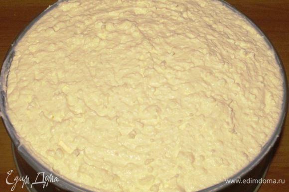 Выложить творожный крем на бисквитный корж .поставить торт в холодильник на 2-3 часа, чтобы крем полностью застыл.