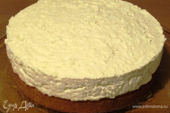 Поставить торт в холодильник на 2-3 часа, чтобы крем полностью застыл.