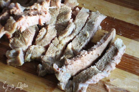 Cвининy залить 500 мл горячей воды,довести до кипения,снять пену и варить до готовности. Затем мясо вынуть,остудить и мелко нарезать