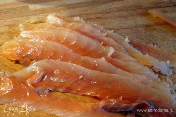 Тонкими полосками нарезать филе слабосоленой сёмги.